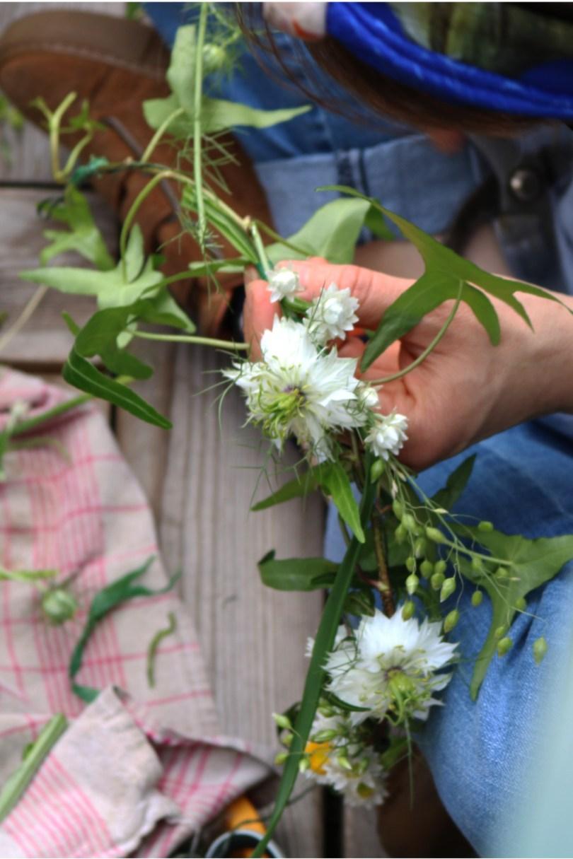 confection de couronne des fleurs locales par boutique Pompon