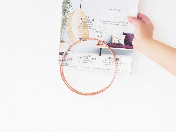 DIY-Round-Wall-Magazine-Holder-placing-magazine