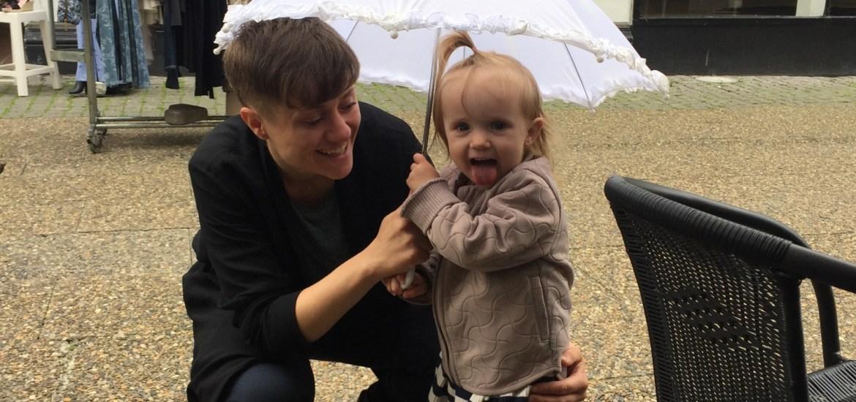 Morogmor blog - Sara, Benedikte og paraply