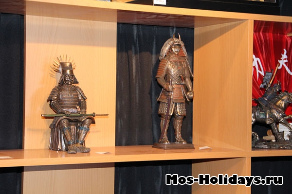 Лавка с игрушками на выставке самураев в Москве