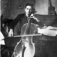 Левон Бурхардарян за игрой на виолончели