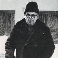 Николай Тимофеевич Захаров во дворе своего дома. 1970-е годы