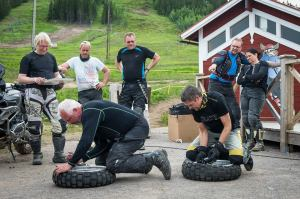 The author (on the left) in a hurry to get the tire of .