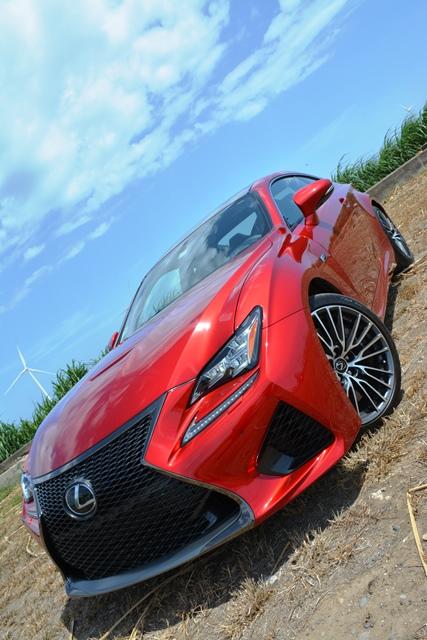 El modelo de la prueba es el RC F, que tiene un V8 de 5.0 litros y 467 caballos de fuerza.