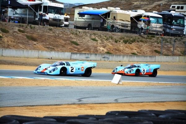 """Una pareja de 917, ambos en los clásicos colores de """"Team Gulf"""" recorren una de las rectas de Laguna Seca."""
