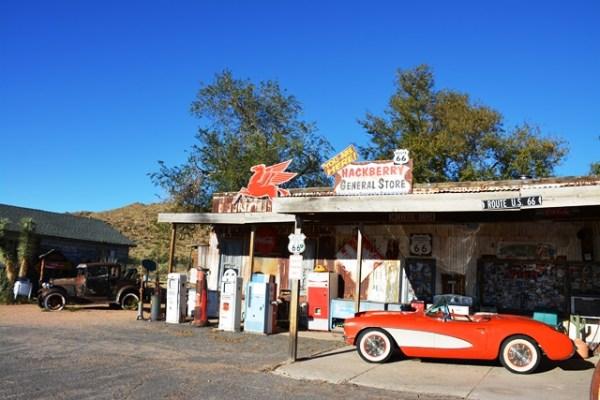 Hackberry General Store es un antiguo colmadito y restaurante que en una ocasión también fue un puesto de gasolina. Se encuentra en la histórica Ruta 66 en Hackberry, Arizona y con decenas de autos viejos y muchos cachivaches muy interesantes rememora la época de gloria de esa carretera tan legendaria. Fotos y vídeo: Andrés O'Neill, Jr.