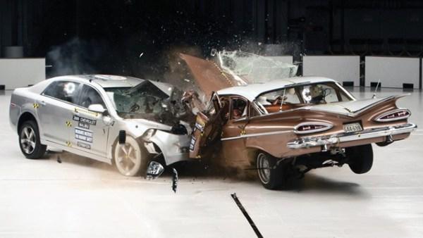 ¿Son realmente los autos nuevos más flojos que los grandes y muy sólidos mastodontes de antes? Una organización de la industra de seguros estrelló un Chevrolet del 1959 contra uno del 2009 y los resultados fueron sorprendentes. Foto y vídeo: Insurance Institute of Highway Safety (IIHS)