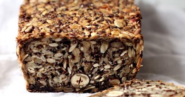 Chleb własnej roboty bez mąki z ziarnami i orzechami - suszony