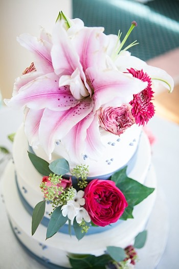 lily wedding cake toper | Photography by Anne Skidmore via @mtnsidebride