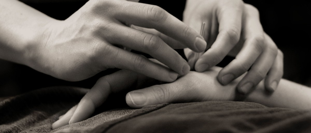 cropped-acupuncture_needle_hand1.jpg