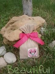 Μπομπονιέρα Βάπτισης. Μπομπονιέρα βάπτισης κορίτσι, πουγκί λινάτσα με θέμα Minnie Mouse και κορδέλα γκρο πουά φούξια χειροποίητο.