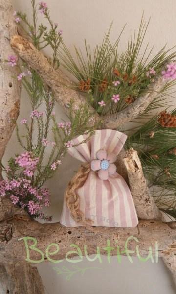Μπομπονιέρες. Μπομπονιέρα Γάμου πουγκί, βαμβακερό ριγέ ροζ – εκρού με υφασμάτινο λουλούδι και δέσιμο από λινάτσα χειροποίητο.