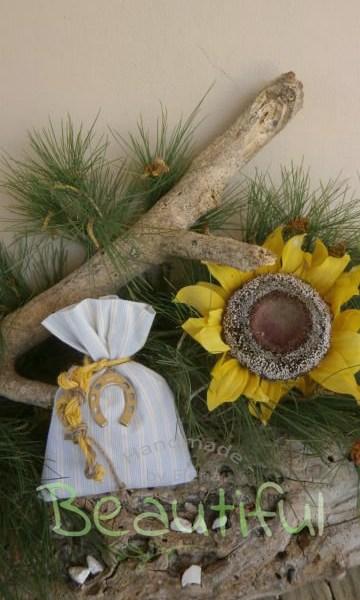 Μπομπονιέρες. Μπομπονιέρα Γάμου πουγκί, ριγέ σιέλ – εκρού με μεταλλικό πέταλο και δέσιμο από κορδόνι λινάτσα χειροποίητο.