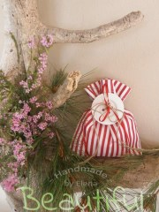 Μπομπονιέρες Βάπτισης. Μπομπονιέρα βάπτισης κορίτσι, πουγκί ριγέ κόκκινο – λευκό με ξύλινο κουμπί χειροποίητο.