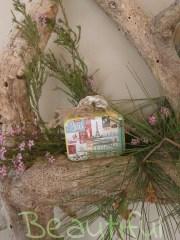Μπομπονιέρα γάμου. Μπομπονιέρα Γάμου βαλιτσάκι, μεταλλικό vintage με δέσιμο δίχρωμο από λινάτσα.