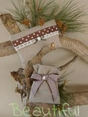 Μπομπονιέρα. Μπομπονιέρα Γάμου πουγκί και φάκελος, λινό μπέζ με κορδέλα γκρό πουά, ριγέ, δαντελίτσα και σατέν λουλουδάκι χειροποίητο.