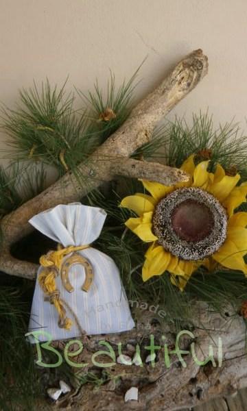 Μπομπονιέρες Βάπτισης. Μπομπονιέρα βάπτισης αγόρι, πουγκί ριγέ σιέλ – εκρού με μεταλλικό πέταλο και δέσιμο από λινάτσα δίχρωμο χειροποίητο.