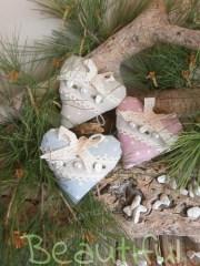 Μπομπονιέρες. Μπομπονιέρα Γάμου καρδιές, πάνινες κρεμαστές πουά με δαντελίτσα, υφασμάτινα λουλουδάκια σατέν και πέρλες χειροποίητο.