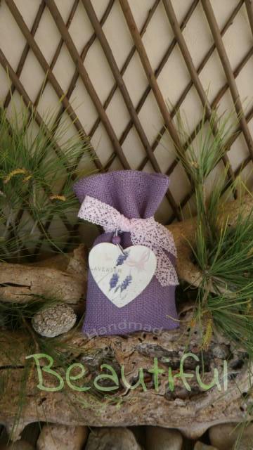 Μπομπονιέρα ιδιαίτερη. Μπομπονιέρα βάπτισης κορίτσι πουγκί, λινάτσα μωβ-λιλά με ξύλινη καρδιά λεβάντα χειροποίητο.
