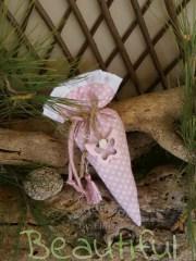 Μπομπονιέρες ιδιαίτερες. Μπομπονιέρα βάπτισης κορίτσι πουγκί, τρίγωνο πουά ροζ με μεταλλική πεταλούδα ροζ, κορδόνια από λινάτσα, φούντα και σατέν λουλουδάκι χειροποίητο.