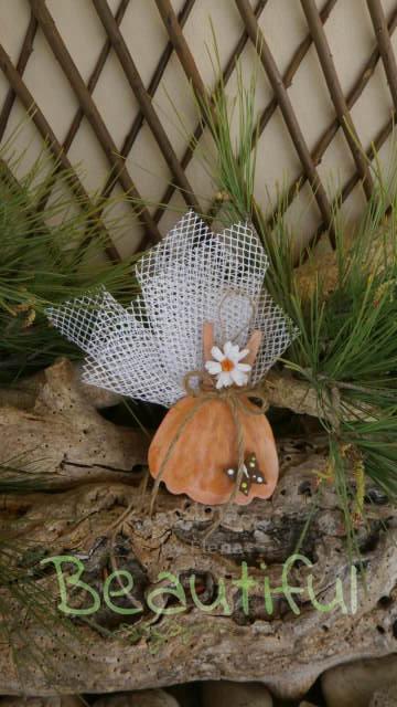 Μπομπονιέρες βάπτισης πρωτότυπες. Μπομπονιέρα Βάπτισης κορίτσι φορεματάκι, ξύλινο κεραμιδί με πεταλούδα και υφασμάτινη μαργαρίτα χειροποίητο.