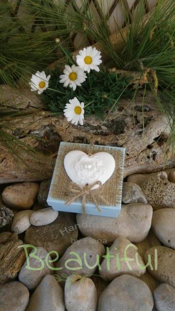 Μπομπονιέρες μοντέρνες. Μπομπονιέρα Γάμου κουτί, χάρτινο με λινάτσα και αρωματική καρδιά χειροποίητο.