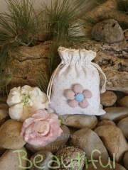 Μπομπονιέρα βάπτισης πρωτότυπη. Μπομπονιέρα Βάπτισης κορίτσι πουγκί, βαμβακερό πουά με δαντελίτσα και υφασμάτινο λουλούδι χειροποίητο.