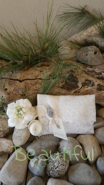 Μπομπονιέρα vintage. Μπομπονιέρα Γάμου φάκελος, λευκός δαντέλα με γκρό εκρού κορδέλα και κλειδί vintage χειροποίητο.