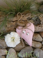 Μπομπονιέρες. Μπομπονιέρα Γάμου καρδιά, μεταλλική ροζ κρεμαστή με σατέν λουλουδάκια και κορδόνι λινάτσα.