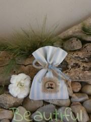 Μπομπονιέρα. Μπομπονιέρα Γάμου πουγκί, βαμβακερό εκρού – σιέλ με λινάτσα, διακοσμητικό κουμπί ξύλινο με θέμα μουστάκι χειροποίητο.