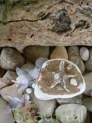 Μπομπονιέρα γάμου ιδιαίτερη. Μπομπονιέρα Γάμου βότσαλο, με αστερία μεταλλικό, χάντρες και λουλουδάκι από δέρμα χειροποίητο.