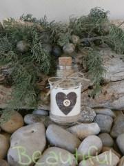 Μπομπονιέρες. Μπομπονιέρα Γάμου μπουκάλι, γυάλινο με τυπωμένη καρδιά και φιόγκο από δαντέλα.