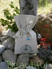 Μπομπονιέρες πρωτότυπες. Μπομπονιέρα βάπτισης αγόρι πουγκί, καμβάς εκρού με σχέδιο ποδήλατο και λουλούδι απο κορδόνι πλεκτό γιούτα χειροποίητο.