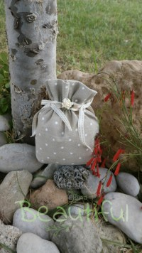 Πουγκί ψάθα πουά μπεζ βαμβακερό με κορδελάκια και λουλουδάκι χειροποίητο.