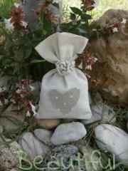 Μπομπονιέρα Γάμου, Πουγκί καμβάς εκρού με τυπωμένη καρδιά και δέσιμο απο κορδόι χειροποίητο.