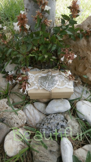 Μπομπονιέρα Γάμου, Κουτί χάρτινο με δαντέλα και μεταλλική καρδιά χειροποίητο.