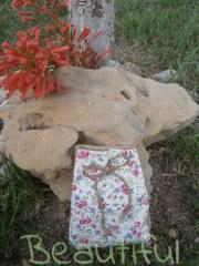 Μπομπονιέρα βάπτισης κορίτσι, πουγκί floral υφασμάτινο με λινάτσα, χειροποίητο.