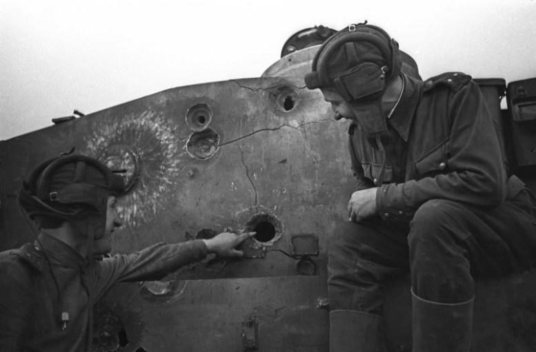 На фото русские офицеры танкисты осматривают пробоины у