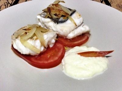Merluza con tomate y crema de hinojo