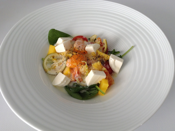 menestra cítrica: ensalada templada de cítricos, brotes de espinaca y queso fresco