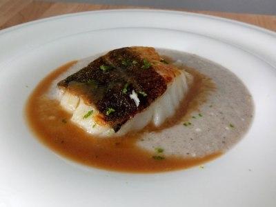 recetas de pescado: bacalao skrei con crema de setas e hinojo y salsa de miso