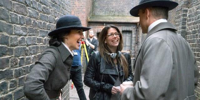 """A diretora Patty Jenkins no set de """"Mulher-Maravilha"""", ao lado dos atores Gal Gadot e Chris Pine"""