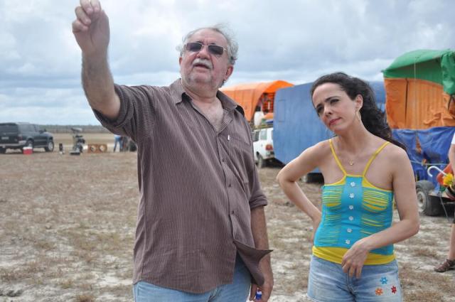 O diretor Rosemberg Caririy e a atriz Silvia Buarque no set