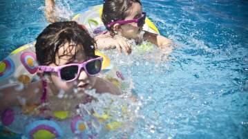 bliźniaki na basenie