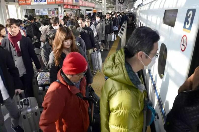 Japoneses lotam um trem-bala na estação Shin-Osaka (Foto: Kyodo)