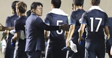 O técnico do Japão, Makoto Teguramori, cumprimenta seus jogadores no final do jogo (Foto: Kyodo)