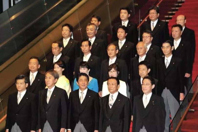 Shinzo Abe apresentou seu novo Gabinete na quarta-feira (Foto: Pool/Kyodo)