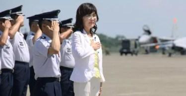 Tomomi Inada visitou, na sexta-feira, a base aérea de Komatsu, em Ishikawa (Foto: Kyodo)
