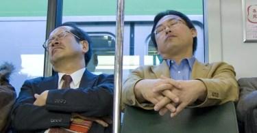 Trabalhadores japoneses dormindo em trem após dia exaustivo de trabalho (Foto: Reprodução/YouTube)