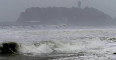 O Tufão Mindulle deixou o mar muito agitado em Kamakura, na província de Kanagawa (Foto: Kyodo)
